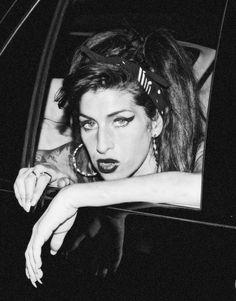 Amy Winehouse Sent Me Flying : Photo Amy Winehouse Black, Amy Winehouse Style, Estilo Gigi Hadid, Amazing Amy, Queen, Female Singers, Music Artists, Pretty Woman, Pretty People