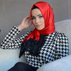 Look super trendy and sophisticated in this Houndstooth printed top and contrasting red head wrap