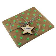 5 Anhänger aus Holz: Sterne // Lassen Sie zum Weihnachtsfest einen kleinen Holzstern sprechen. Mit diesem Anhänger aus Holz verzieren und beschriften Sie Ihre Geschenke auf ganz besondere Weise. Fertigen Sie Weihnachtspäsente der besonderen Art. Verzieren Sie einen guten Wein, liebevolle Karten oder die Geschenke für die Familie.