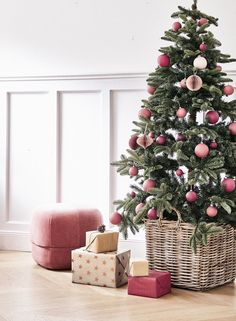 Oh Christmas tree Oh Christmas tree! Not only the Christmas tree balls hang as Christb The post Oh Christmas tree Oh Christmas tree! Not only the Christmas tree balls hang as C& appeared first on Dekoration. Christmas Tree Roses, Christmas Tree Baubles, Christmas Tree Themes, Xmas Decorations, Xmas Tree, All Things Christmas, Christmas Home, Holiday Decor, Fir Tree