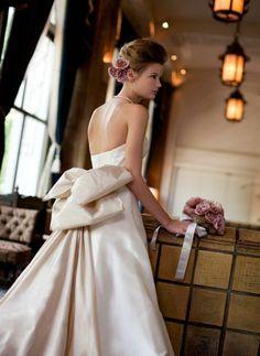 大きく開いた背中のラインが、女性らしさを際立たせる。シルクタフタのリボンは、付け方によって表情を変えることができる。 http://www.laconcha.jp/product/item/mk-07_3/