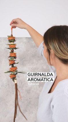 Tutorial DIY sobre cómo hacer una guirnalda otoñal o navideña y aromática. Incluye explicación sobre cómo secar naranjas o cualquier otro tipo de cítrico. Con eucalipto y ramas recogidas en el bosque Hand Crafts, Crafty, Hair Styles, Amazing, Top, Painting, Decor, Wreaths, Branches