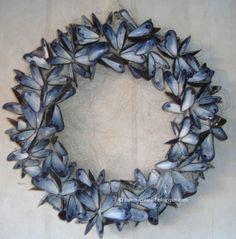 Mosselen gegeten? Was de legen schelpen en maak er een mooie krans van. Lijm de schelpen vast met een lijmpistool op een krans van stro.