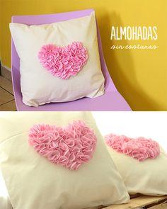 Almohadas super lindas para regalar con un corazón de pétalos al centro. Súper fáciles y sin coser, te muestro cómo hacerlas.