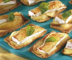12 toastjes 1 camembert 1 jonagoldappel 1 citroen 12 blaadjes basilicum 1 eetl. olijfolie 1 koffiel. paprikapoeder Tapas, Good Food, Yummy Food, Food Platters, Recipe Details, Snacks, High Tea, I Foods, Food Inspiration