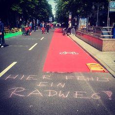 'Hier fehlt ein Radweg' ein Musterexemplar wurde vom ADFC mal mitgebracht :-)