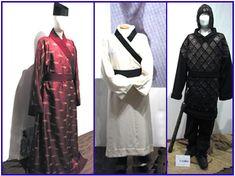 Buyeo 고증 재현복식들(왼쪽과 가운데 부여 남성귀족 일상복, 오른쪽 부여 남성 무사옷)