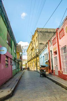 Rue de Camaguey, Cuba. http://www.lonelyplanet.fr/article/explorer-cuba-loin-des-touristes #camaguey #cuba #voyage