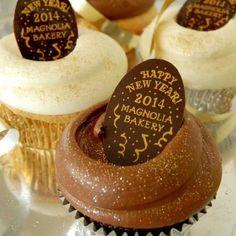 Cupcakes de año nuevo de chocolate y vainilla. #MagnoliaBakery #NewYears #Cupcake