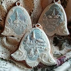 Frosty Bells:  I WONDER HOW DOES SOMEONE PUT SO MUCH BEAUTIFUL AND  INTRICATE DETAIL OF THE TOP OF A COOKIE?  PLEASE ANSWER IF YOU KNOW HOW.