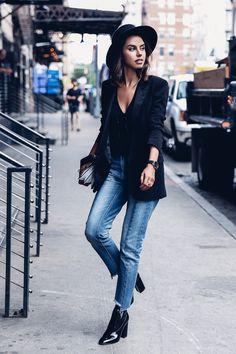 Look combinando calça cropped jeans com maxi blazer e skinny boot.