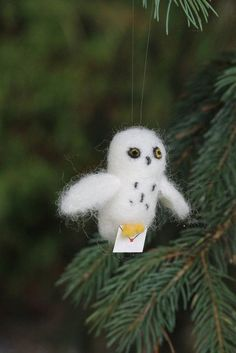 These Harry Potter Christmas ornaments are better than a box of Bertie Botts' Every Flavor Beans. Check out these gorgeous Muggle-approved Harry Potter ornaments in every shape and size. Hedwig Harry Potter, Harry Potter Mode, Harry Potter Style, Harry Potter Christmas Decorations, Harry Potter Christmas Tree, Hogwarts Christmas, Felt Christmas Ornaments, Noel Christmas, House Ornaments