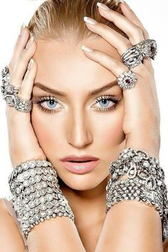 Bling sparkly bracelets and rings Beautiful Eyes, Most Beautiful Women, Glamour, Diy Fashion Hacks, Fashion Tips, Ring Armband, Beauty And Fashion, Poses, Diamond Are A Girls Best Friend