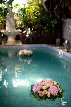 Pool Decor Ideas For Your Backyard Wedding ★ wedding pool party decoration ideas floating gentle flowers caughtthelight Pool Wedding Decorations, Wedding Table Flowers, Floating Pool Decorations, Table Flower Arrangements, Wedding Arrangements, Backyard Wedding Pool, Floating Flowers, Ideas Geniales, French Wedding