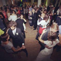 Die Hochzeitsgäste tanzen auf der Tanzfläche der Rheinterrassen zu der Musik von DJ Markus Rosenbaum. Sumo, Wrestling, Dance, Celebration, Musik, Lucha Libre