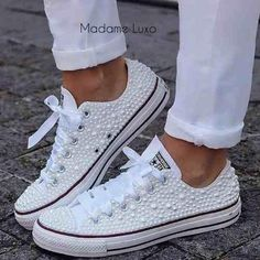 Adorei esse all star com perolas e fita de cetim The post Adorei esse all star com perolas e fita de cetim appeared first on Diy. Bride Sneakers, Converse Wedding Shoes, Bling Converse, Wedding Sneakers, Ankle Sneakers, Bling Shoes, Converse Sneakers, Prom Shoes, Leather Sneakers
