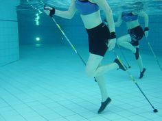 Fitness im Pool - Aqua Nordic Walking perfekt um die Genusszonen rund um Bauch, Beine und Po zum Schmelzen zu bringen. Wie? http://www.pulverer.at/blog/sanfte-fitness-mit-aqua-nordic-walking-aber-effektiv