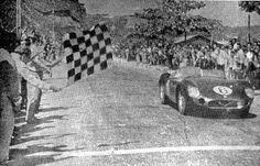 HENRIQUE CASINI - Na Barra da Tijuca, Rio de Janeiro, Brasil, recebe a bandeirada da vitória com a Maserati 300S Felipe - Álbuns da web do Picasa