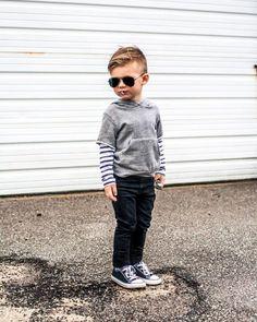 bebé con lentes de sol y converse