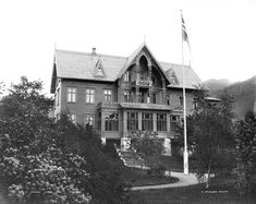 Jakten på arkitekten bak Hotel Central i Stryn Norway, Cathedral, Villa, Cabin, Contemporary, Architecture, House Styles, Building, Image