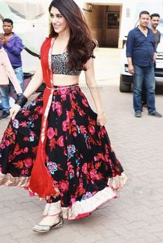 Kriti Sanon Saree, Navratri Dress, Afghan Clothes, Teen Vogue, Bollywood Stars, India Beauty, Indian Girls, Traditional Dresses, Indian Outfits