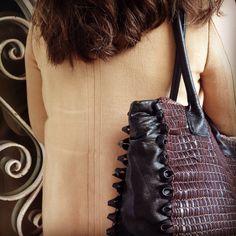 Bolso tejido a mano utilizando material reciclado. Único Chanel Boy Bag, Bucket Bag, Shoulder Bag, Bags, Fashion, Hand Knitting, Upcycling, Totes, Tejidos