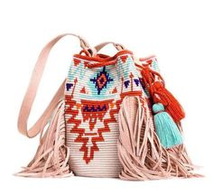Möchi was born in early 2016 with the sole objective of promoting & commercializing handmade goods of artisans from the Colombian coast across the globe. Tapestry Bag, Tapestry Crochet, Knit Crochet, Crochet Hats, Mochila Crochet, Diy Tote Bag, Boho Bags, Knitted Bags, Purses And Bags