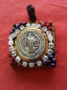Dije escapulario del la virgen del carmem con la medalla de San Benito y cristal. Checo. Kml