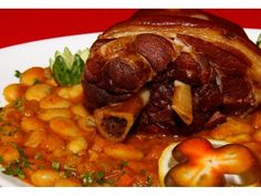 Ciolan afumat cu fasole (Smoked pork knuckle) with beans sauce, used to be an army delight, served with pickles. Roast Pork Knuckle, Pork Recipes, Cooking Recipes, Baked Beans With Bacon, My Favorite Food, Favorite Recipes, Pork Hock, Hungarian Recipes, Hungarian Food