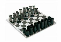 The Philippe chess game est un échiquier d'une conception ultra moderne, fabriqué à partir de pièces tubulaires en acier inoxydable