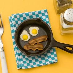Yummy version of Bacon and Eggs :D April Fools yellow M with white chocolate and carmel and tootsie roll melted and flattened for bacon :D April Fools Tricks, April Fools Day, White Chocolate Chips, Melting Chocolate, No Egg Desserts, Thing 1, Jokes For Kids, Facon, The Fool