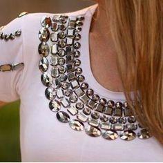 Venha customizar sua camiseta na Arranjos Express! Fazemos aplicação de pedrarias em camisetas, vestidos e saias!