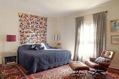 O piso do quarto de casal é forrado por Kilim e passadeiras. A colcha bordada, trazida do México, faz o papel de cabeceira. Projeto da arquiteta Bruna Riscali