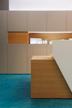 AA Clinic / equipoeme estudio #mostrador #mobiliario #diseño #clinica #estética  #iluminación #microcemento