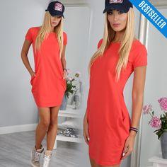 5e80e91ee3 Koralowa minimalistyczna sukienka z krótkim rękawem i półokrągłym dekoltem.  Z kieszeniami po bokach. Wykonana