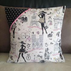 """Housse de coussin rétro chic  """"la parisienne"""" N°4 en tissu à pois et galon rose"""