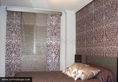 Precioso dormitorio éste compuesto por panel japonés y papel pintado a juego. El cliente optó por un concepto clásico y apostó por la colección Alhambra realzando  el colorido rosa apagado que escogió todos los matices del dormitorio, desde las formas hasta el tono de la madera.