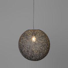 """Lámpara colgante CORDA 35 negra - Preciosa lámpara en forma de esfera. La cubierta está hecha de cuerda tejida y tiene una apariencia """"esponjosa"""". ¡Los efectos de sombras en la pared son preciosos!"""