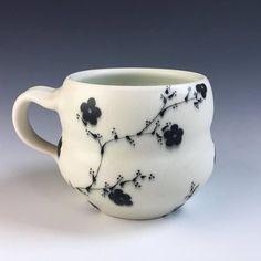 Taza de porcelana con flores y ramas cerámica hecho a mano