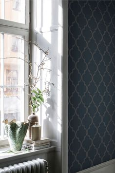 Gaston dark blue is a classic geometric wallpaper with a soft expression. A strong deep blue foundation with a grey pattern which creates a fine balance on the wall and suits rooms of all sizes. Blue Wallpaper Bedroom, Classic Wallpaper, Kitchen Wallpaper, Wallpaper Size, Geometric Wallpaper, Wall Wallpaper, Pattern Wallpaper, Blue Foundation, Wallpapers