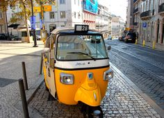 Discover Lisbon as you travel with a guide that drives you around the narrow streets of the historic neighbourhoods. Several circuits are available.