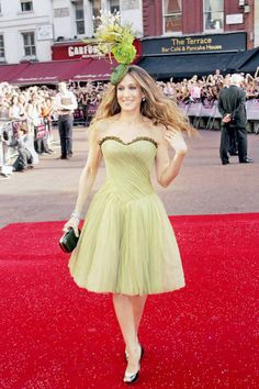 Sarah Jessica Parker (May donning Philip Treacy design & matching lime green Alexander McQueen dress, she arrives at London premiere of Sex and the City Coco Chanel, Philip Treacy Hats, Tulle Skirt Dress, Tulle Skirts, Ny Style, Alexander Mcqueen Dresses, Kelly Osbourne, Sarah Jessica Parker, Carrie Bradshaw