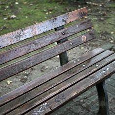 Der Messer-Angriff auf einen Obdachlosen in Aachen geschah heimtückisch im Schlaf. Der Schwerverletzte schleppte sich noch bis zu einem Imbiss und brach zusammen.