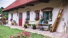 Bývanie ako z tej najkrajšej rozprávky: Na návštevu vás pozýva keramikárka Ala Build My Own House, Rustic Bathrooms, House Front, Traditional House, House Tours, Architecture Design, Pergola, Sweet Home, Cottage