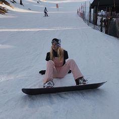 Burton Snowboards, Mode Au Ski, Snowboarding Style, Snowboarding Women, Snowboard Girl, Snow Outfit, Ski Season, Foto Instagram, Winter Pictures