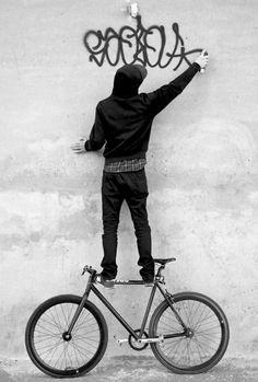 Graffiti / Black and white photography Fixi Bike, Bike Art, Graffiti Artwork, Street Art Graffiti, Graffiti Artists, Street Artists, Photographie Street Art, Graffiti Tagging, Urban Bike