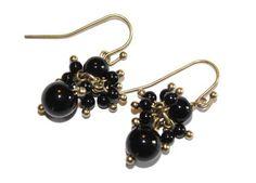 Vergulde oorbellen met zwarte onyx kralen van Chapter 42 - Belgian handmade - www.legoutdescouleurs.be