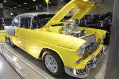 1955 Chevy bei Grand National Roadster Show. Es ist ein K&N Luftfilter für sie.