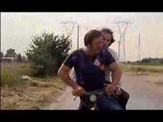 Dal film Berlinguer ti voglio bene (1977)  Carlo Monni (Bozzone)  Roberto Benigni (Mario Cioni) Video Photography, Mario, Mens Sunglasses, Cinema, Film, Videos, Youtube, Movie, Movies