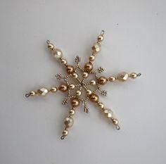 Vánoční hvězda z korálků ,,čokoláda ,, 3 ,, Vánoční hvězdička z korálků a perliček na pevné drátěné konstrukci , velikost 9cm v barvách smetanová champagne